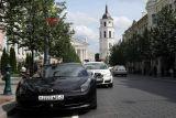 Феррари из Беларуси припарковалось на велодорожке в Вильнюсе