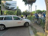 Припаркованный автомобиль на велотраффике