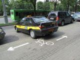 Такси припарковалось на велодорожке